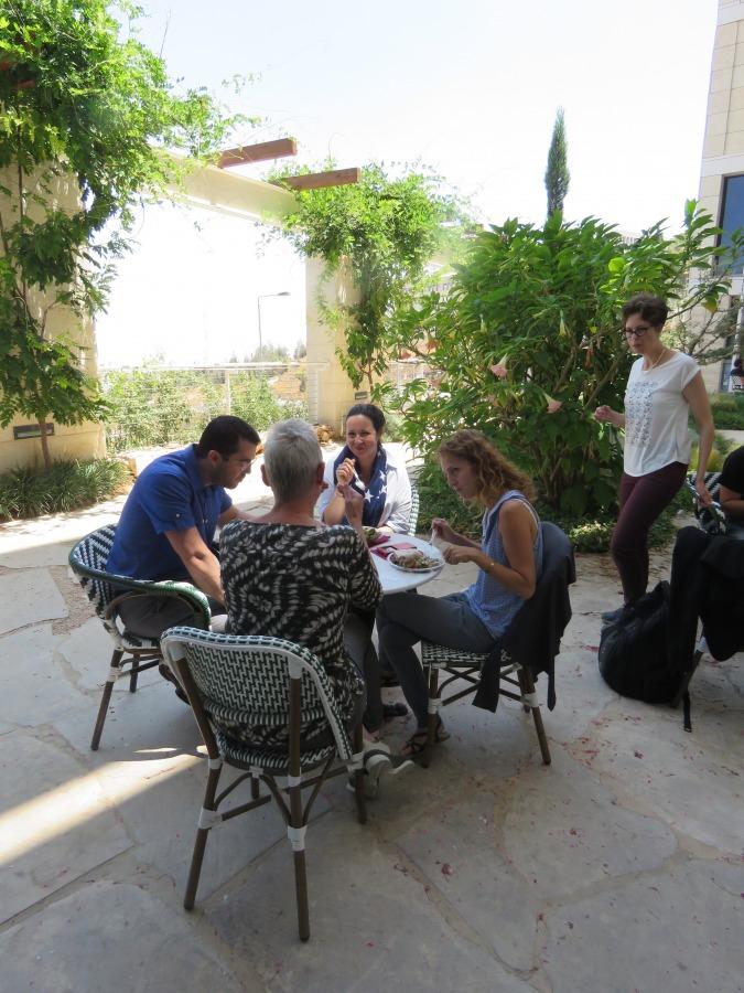 ארוחת צהריים בגינת בית ספר מנדל